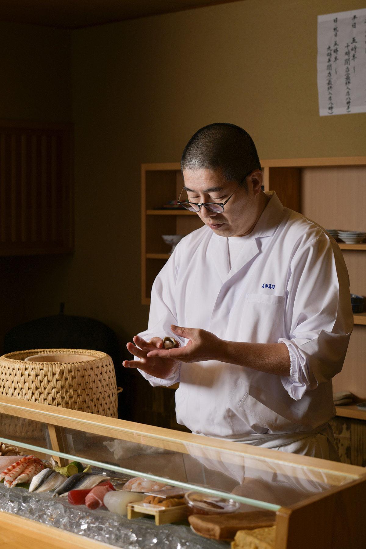 寿司を握る石山寿司の大将